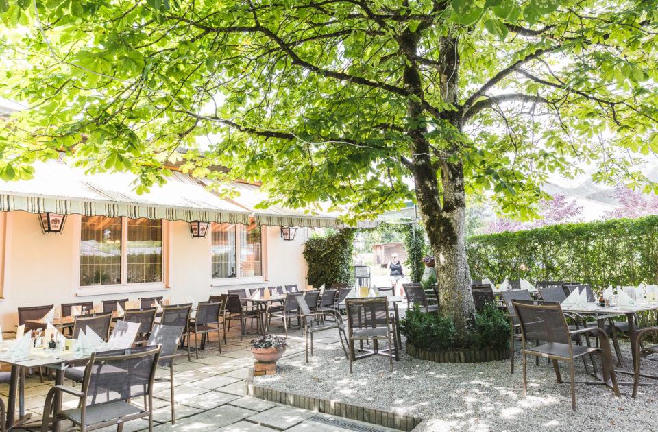 Schattiger Gastgarten im Gasthaus zur Ennsbrücke