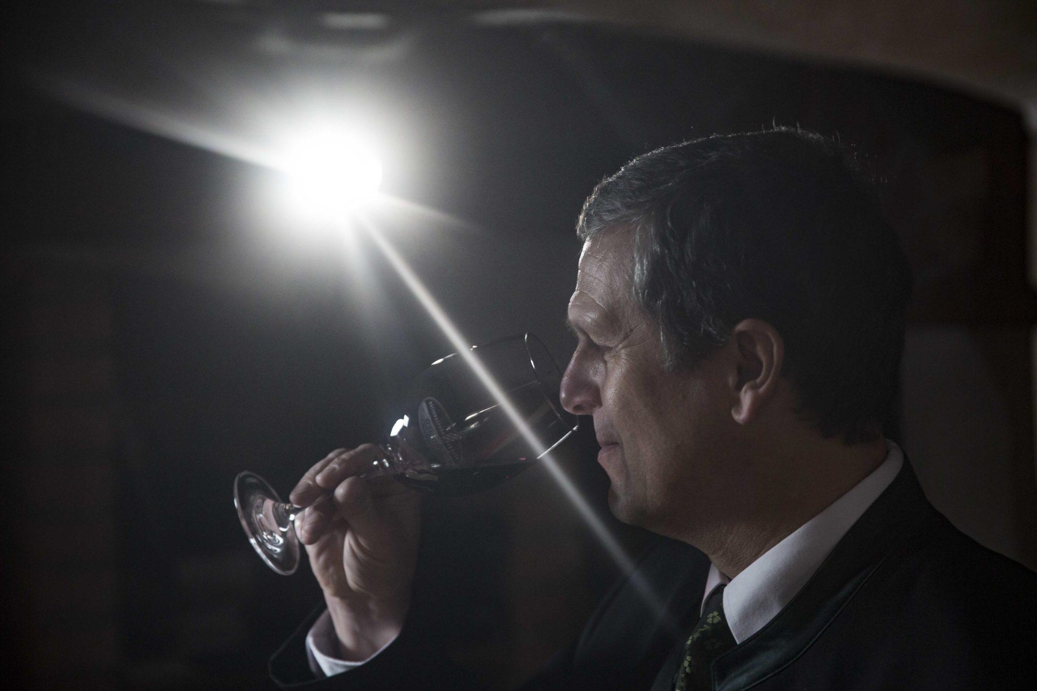 Klemens Pirafelner beim Verkosten eines Weines.