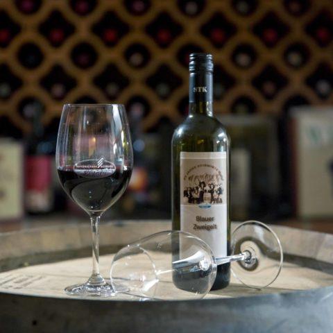 Unser roter Gesäuse-Wein ist ein Blauer Zweigelt und passt perfekt zu unseren Wildgerichten.