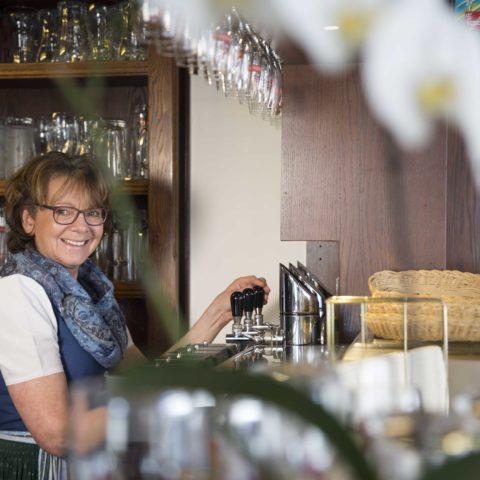 Helga Pirafelner beim Zapfen eines steirischen Bieres.