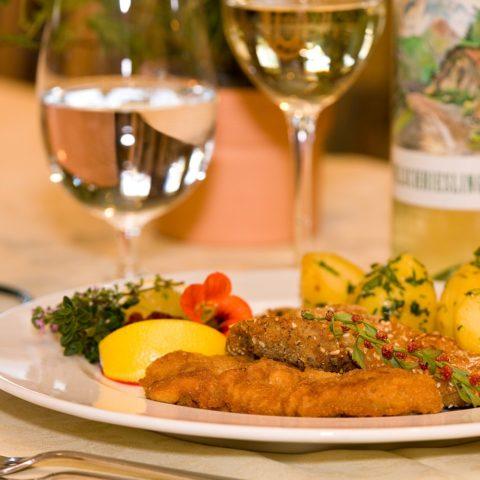 Lammschnitzerl in dreierlei Parande dazu ein passender Weißwein.