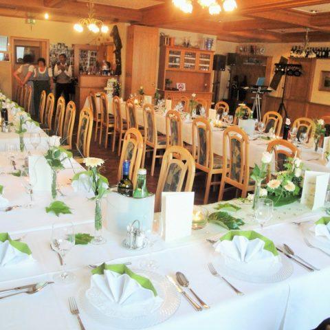 Eine Hochzeitstafel in den Farben weiß und grün.