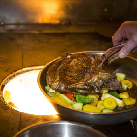 Ein Steak vom Styria Beef m frischem Gemüse serviert.